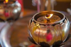 Luz de la lámpara de aceite en un templo budista para el fondo Fotos de archivo libres de regalías