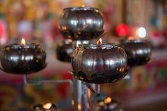 Luz de la lámpara de aceite en un templo budista para el fondo Foto de archivo libre de regalías