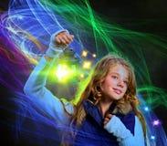 Luz de la linterna en mano de la mujer Líneas móviles mágicas de las llamas del invierno Foto de archivo libre de regalías