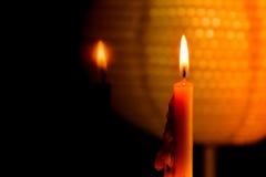 Luz de la llama de vela en el efecto de la noche y de la reflexión del espejo con el fondo abstracto del negro y de la linterna Imágenes de archivo libres de regalías