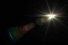 Luz de la llamarada de la lente sobre fondo negro Fácil añadir la capa o s Foto de archivo
