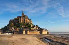 Luz de la mañana en la abadía de Mont Saint Michel Foto del paisaje de la abadía famosa durante salida del sol Normandía, Francia Foto de archivo