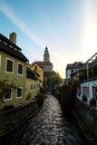Luz de la mañana en Cesky Krumlov a través de la ciudad y del chanel Foto de archivo libre de regalías