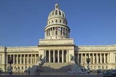 Luz de la mañana en el Capitolio y la bandera cubana, el edificio cubano del capitol y bóveda en La Habana, Cuba Imágenes de archivo libres de regalías