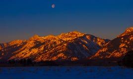 Luz de la mañana en las montañas fotos de archivo