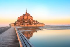 Luz de la mañana en Mont Saint Michel imagenes de archivo