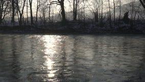 Luz de la mañana sobre la cámara lenta del río almacen de video