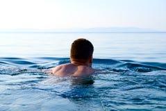 Luz de la mañana y hombre de la natación Imagen de archivo