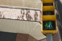 Luz de la muestra del paso de peatones encendido para los alumnos Imagen de archivo libre de regalías