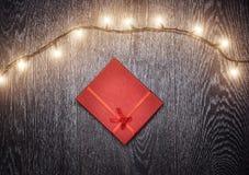 Luz de la Navidad y caja de regalo Foto de archivo libre de regalías