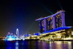 Luz de la noche de la arena de la bahía del puerto deportivo en azul imágenes de archivo libres de regalías