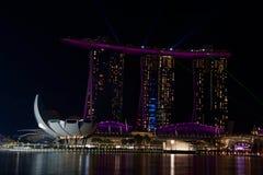 Luz de la noche de la arena de la bahía del puerto deportivo en púrpura fotografía de archivo