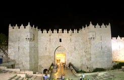 Luz de la noche de Jerusalén de la ciudad de la puerta de Damasco vieja Imagenes de archivo