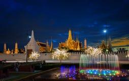 Luz de la noche de la fuente de la señal de Sanam Luang y palacio magnífico Fotografía de archivo