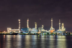 Luz de la noche del río de la industria de petróleo Fotos de archivo libres de regalías