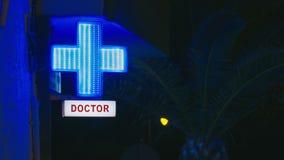 Luz de la noche de la señal de neón de un cuidado urgente del doctor almacen de metraje de vídeo