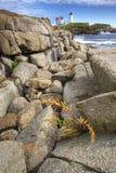Luz de la protuberancia pequeña en Maine con los cantos rodados en el primero plano Imagen de archivo