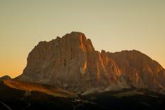 Luz de la puesta del sol en las montañas de las dolomías Fotos de archivo