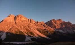 Luz de la puesta del sol en las montañas de las dolomías Imagenes de archivo