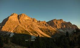 Luz de la puesta del sol en las montañas de las dolomías Fotografía de archivo libre de regalías