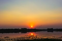 Luz de la puesta del sol que refleja el río Foto de archivo libre de regalías