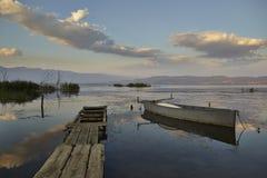 Luz de la puesta del sol sobre el lago Fotos de archivo