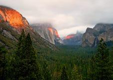 Luz de la puesta del sol a través de las montañas Imagen de archivo
