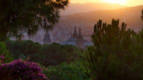 Luz de la puesta del sol y torres anaranjadas del palacio nacional en Barcelona, España Foto de archivo libre de regalías