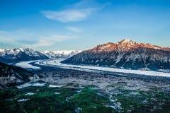 Luz de la salida del sol en el Mt Wickersham y el glaciar de Matanuska en fotos de archivo libres de regalías