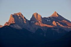 Luz de la salida del sol en las montañas Foto de archivo libre de regalías