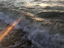 Luz de la salida del sol en olas oceánicas pacíficas en la playa en Kapaa en la isla de Kauai en Hawaii Imágenes de archivo libres de regalías