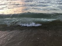 Luz de la salida del sol en olas oceánicas pacíficas en la playa en Kapaa en la isla de Kauai en Hawaii Fotos de archivo libres de regalías
