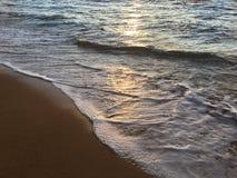 Luz de la salida del sol en olas oceánicas pacíficas en la playa en Kapaa en la isla de Kauai en Hawaii Foto de archivo libre de regalías