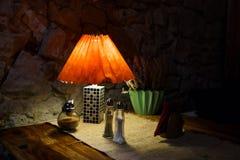Luz de la tabla del restaurante con la sal y pimienta y servilletas imagen de archivo