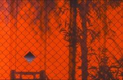 Luz de la tarde en la cerca roja del arco Imagenes de archivo