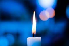 Luz de la vela con el fondo azul Imagen de archivo