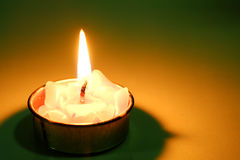 Luz de la vela en la oscuridad Fotografía de archivo libre de regalías