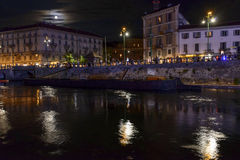 Luz de lua na terraplenagem no tempo da vida noturna, Milão de Darsena, AIE Imagens de Stock