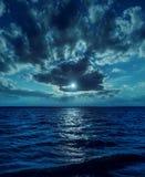 Luz de luna sobre el agua en noche Imágenes de archivo libres de regalías