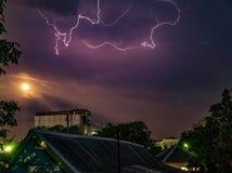 Luz de madeira do relâmpago do teste padrão do flash da descarga das casas dos telhados do relâmpago do céu do céu noturno imagens de stock