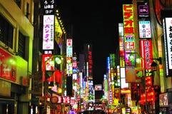 A luz de néon do distrito de luz vermelha de Tokyo Fotografia de Stock
