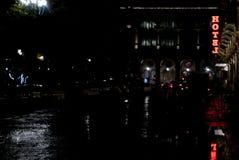 Luz de neón del hotel en la noche Fotografía de archivo