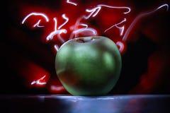 Luz de pintura do gelo da fotografia da luz verde do fundo do sumário da maçã foto de stock royalty free