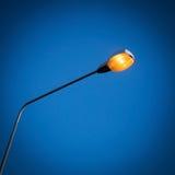 Luz de rua com fundo claro do céu azul imagens de stock