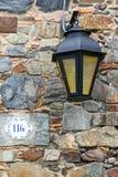 Luz de rua contra a parede de pedra no del Sacramento de Colonia, Urugu Fotografia de Stock