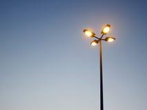 Luz de rua de encontro a um céu azul Foto de Stock