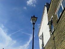 Luz de rua do céu azul imagens de stock royalty free