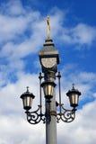 Luz de rua do estilo do vintage através do céu azul com nuvens Imagem de Stock Royalty Free