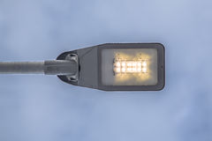 Luz de rua moderna do diodo emissor de luz contra o céu Fotografia de Stock