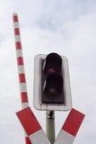 Luz de sinal do cruzamento da estrada de ferro e barra aberta Fotografia de Stock Royalty Free